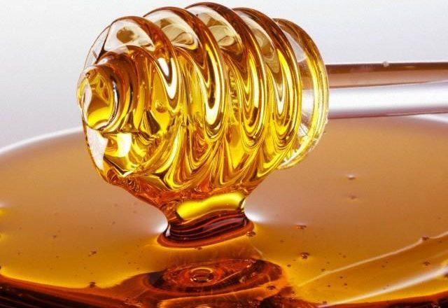 كيفية صنع أقنعة الشعر محلية الصنع مع العسل